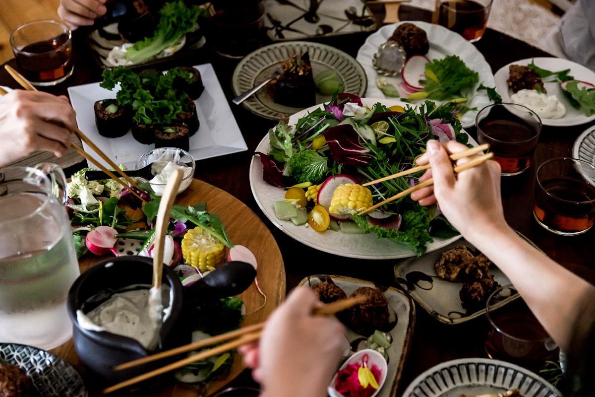 ハレノヒ食堂ヴィーガン料理の食事風景